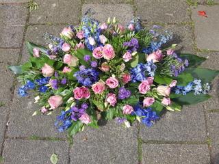 Rouwstuk langwerpig blauw-paars-roze