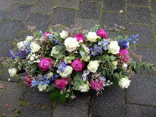 Rouwstuk langwerpig wit blauw donker roze